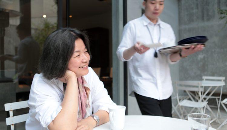 陳季敏(左)喜歡旅行,也是她尋求不同的視野的方法,總透過不斷移動,尋找她心目中的風景,這些都是她儲存設計靈感資糧的方法。(鄧博仁攝)