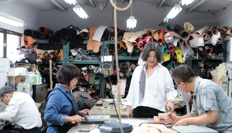 陳季敏(右二)製作服裝時,講究每個細節都要表現出屬於服裝的特色。她強調「服務來自於細節」,一定要讓員工穿得很有精神、做工很好的制服,如此邏輯才能要求員工,傳達想要的標準。(鄧博仁攝)