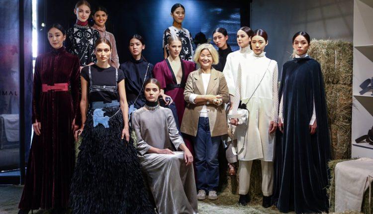 「美的東西,簡單最難,和諧最美。」陳季敏(右三)製作服裝時,講究每個細節都要表現出屬於服裝的特色。(鄧博仁攝)