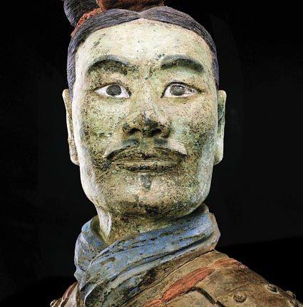 文物保護員還原秦始皇帝陵兵馬俑的顏色。圖為保護修復後的綠臉俑。(新華社資料照片)