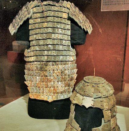 秦始皇兵馬俑博物館收藏的石冑﹑石鎧甲。(新華社資料照片)
