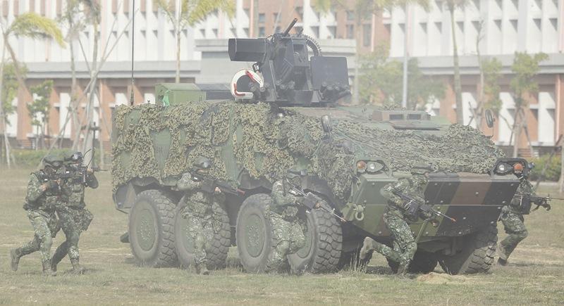 地面部隊在CM33雲豹裝步戰鬥車下車衝鋒。(張鎧乙攝)