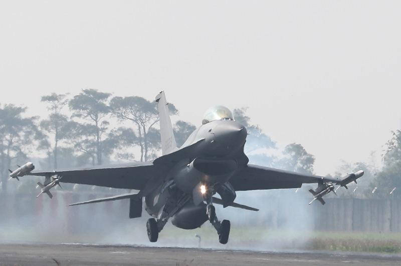 升級版的F-16V戰機操演降落時觸地緊急拉升。(陳怡誠攝)