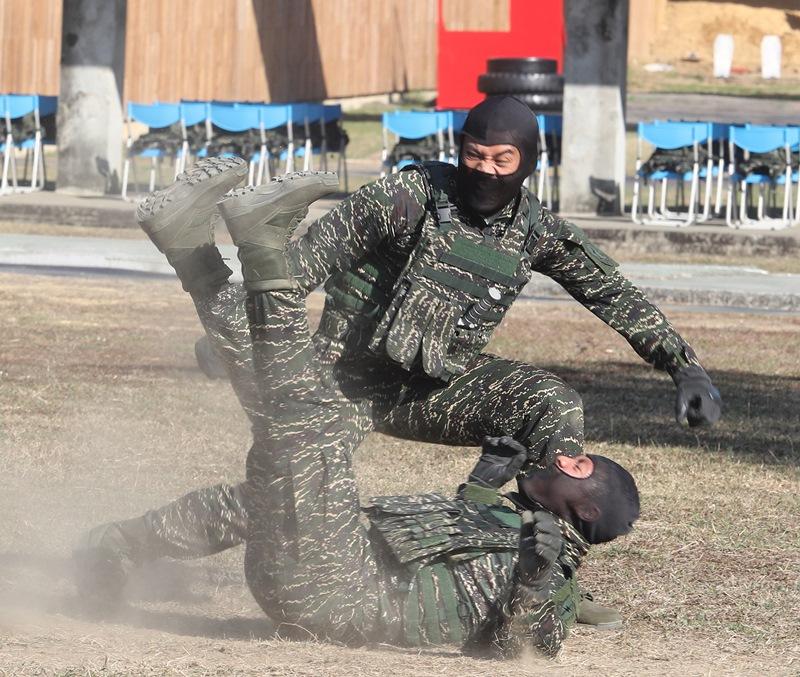 專責反恐應變任務的海軍陸戰隊特勤中隊,展現平日苦練的戰技。(陳怡誠攝)