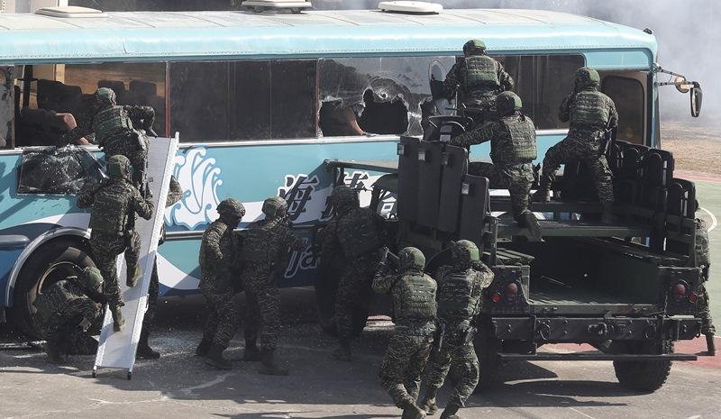 黑衫部隊模擬歹徒脅持巴士和人質。(陳怡誠攝)
