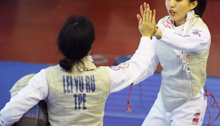 程昕(右)參加2019年全運會團體賽,與隊友致意。(張鎧乙攝)