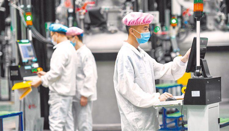 4月16日,內蒙古一材料公司員工在生產廠房內工作。(新華社)